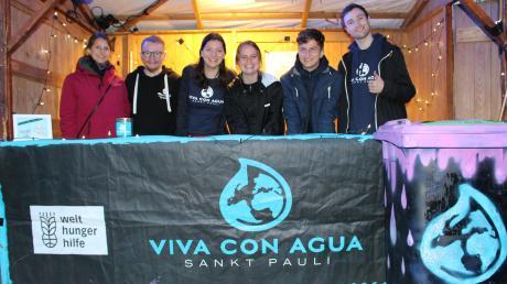 Die Vertreter von Viva con Agua aus Augsburg in ihrem Stand samt Pfandtonne.