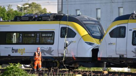 Dieser Triebzug hat beim Rangieren im Bahnhof in Donauwörth einen Schaden an der Oberleitung verursacht.