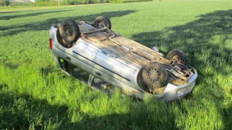 Ein Betrunkener ist in Auchsesheim von der Straße abgekommen. Der Wagen überschlug sich und landete auf dem Dach.