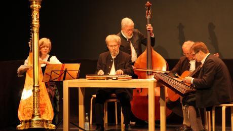 Auch Mozart erklang auf der Blossenauer Serenade. Wundervoll interpretiert von Harfenistin Christine Baumann und der Gempfinger Stubenmusik.