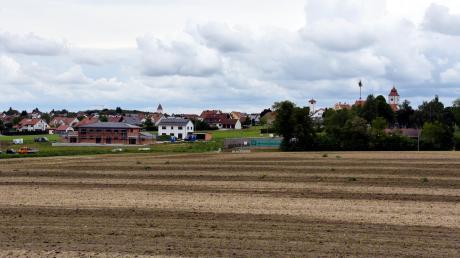 """Südlich des Tennisplatzes will die Gemeinde Buchdorf wachsen. Im Baugebiet mit Namen """"Neureut"""" sollen demnächst 50 Parzellen für Einfamilienhäuser erschlossen werden. Der Bebauungsplan wird nun aufgestellt. Links zu sehen sind die entstehenden Häuser im Baugebiet Schletzenbach."""