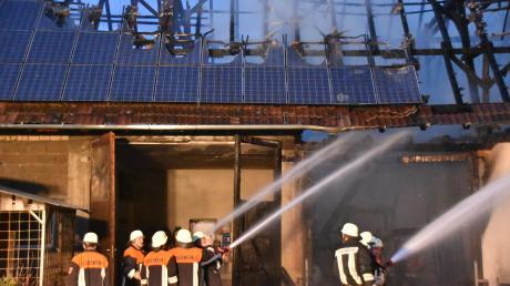 Komplett zerstört hat ein Großbrand in Wolferstadt diese Scheune samt Photovoltaikanlage. Neun Feuerwehren waren im Einsatz, um die Flammen zu löschen. Der Schaden beträgt laut Polizei mindestens 250000 Euro.