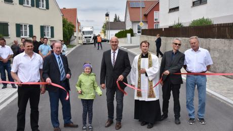 Die offizielle Freigabe nach 15-monatiger Bauzeit: Die Ortsdurchfahrt in Huisheim wurde komplett erneuert. Dabei wurden auch einige Gefahrenstellen beseitigt. Das Staatliche Bauamt ließ die Straße aber auch über das Dorf hinaus erneuern.