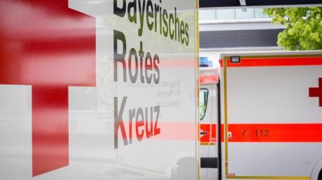 Mit dem Sanka musste ein Radfahrer ins Krankenhaus gebracht werden. Er war in Bäumenheim von einem Auto angefahren worden.