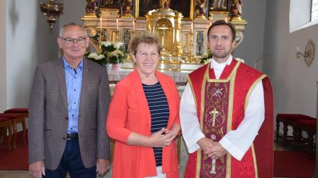 Bei der Würdigung: (von rechts) Pfarrer Jan Lazar, Mesnerin Marianne Färber und Kirchenpfleger Hermann Färber.