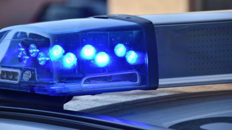 """Die Polizei sucht die Person, die bei einer Wassertretanlage """"Krähenfüße"""" ausgelegt hat."""