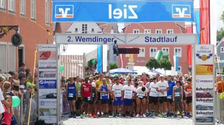 Jede Menge los war beim zweiten Wemdinger Stadtlauf. Dieses Bild entstand wenige Sekunden vor dem Startschuss des Hauptlaufes mit 495 Teilnehmern. Insgesamt wurden 678 Läufer in den verschiedenen Kategorien gezählt.