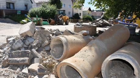 Die Mündlinger Straße (im Bild) sowie weitere Bereiche in Huisheim haben sich in Baustellen verwandelt. Die Maßnahme verschlingt viel Geld, den Großteil der Kosten übernimmt der Staat.