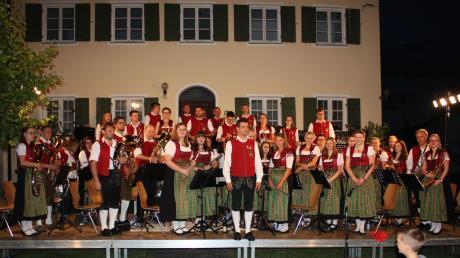 Vor der idyllischen Kulisse des Pfarrhauses in Donaumünster nahm die Vereinigte Musikkapelle Tapfheim den Applaus der zahlreichen Zuschauer entgegen.