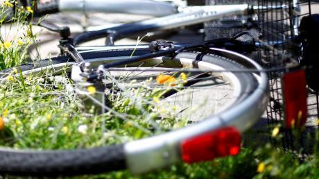 Zwei Fahrradfahrer stießen am Sonntag zusammen, eine Frau musste ins Krankenhaus gebracht werden.