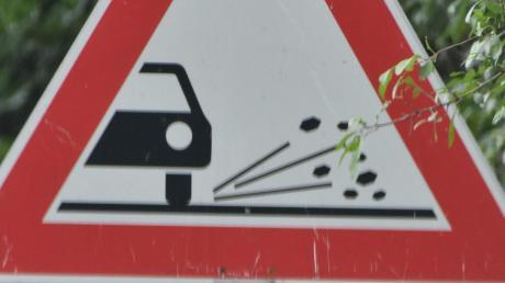 Weil Splitt auf der Straße lag, ist ein Mopedfahrer bei Huisheim gestürzt.