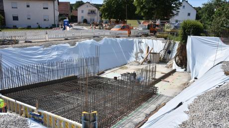 Eine große Baugrube tut sich derzeit mitten in Daiting auf: Über den Leimgraben wird eine neue Brücke errichtet. Das Wasser wird derweil über eine Rohrleitung umgeleitet. Gleichzeitig wird die Bindergasse neu ausgebaut.
