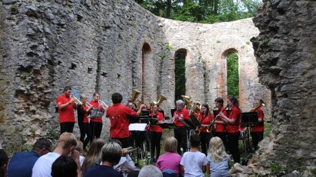 Eine eindrucksvolle Kulisse für ein musikalisches Ereignis: Die Ruine auf dem Uhlberg, die der Wolferstädter Musikverein für seine Serenade gewählt hatte.