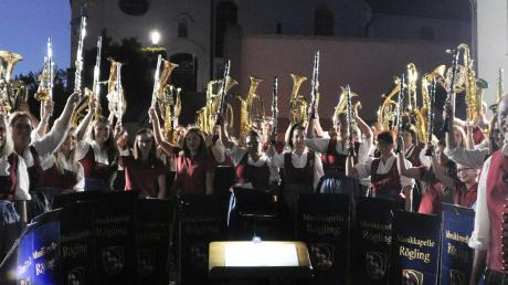 Die Musiker grüßten mit den Instrumenten am Ende ihrer schönen Serenade.