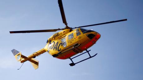 Mit einem Rettungshubschrauber wurde der nahe Wemding verunglückte Waldarbeiter in eine Klinik geflogen.