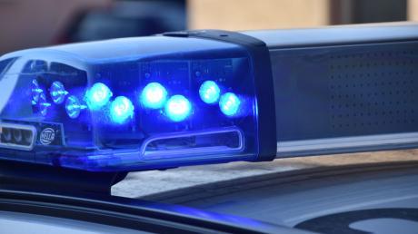 Ein Autofahrer ist im Aichacher Stadtteil Walchshofen gegen eine Brücke gekracht. Er war laut Polizei deutlich zu schnell unterwegs.