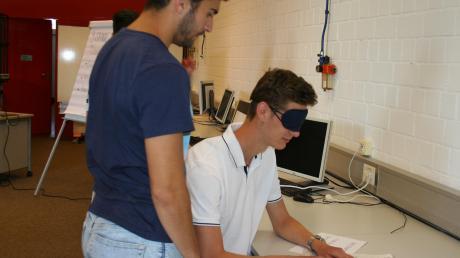 Die Schüler erlebten hautnah, mit welchen Schwierigkeiten man plötzlich zu kämpfen hat, wenn das Augenlicht wegfällt.