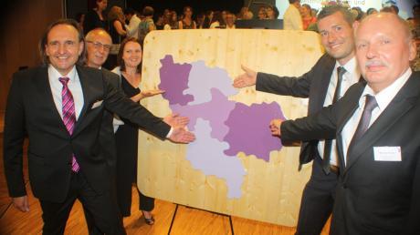 Zeigten sich froh über die Gründung: (von links) die Verwaltungsstellenleiter Bernd Ziegler (Donau-Ries-Nördlingen), Gerhard Rupp (Wassertrüdingen), Franziska Karl (Rothenburg), Simon Schäffler (Ansbach) und Werner Fuchs (Pappenheim), die mit ihren Händen auf ihre Einzugsgebiete zeigen, die sich nun wie ein Puzzle zusammenfügen.
