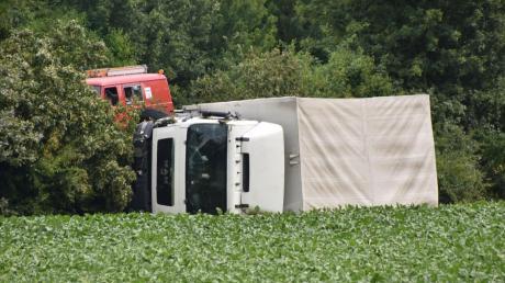 Neben der B2 bei Buchdorf ist dieser Lastwagen umgekippt.