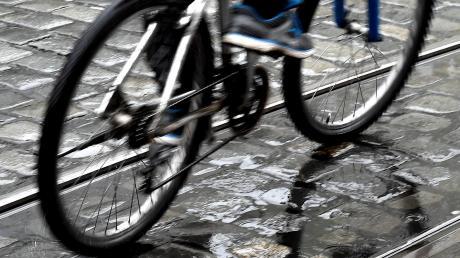Ein 15-Jähriger ist mit seinem Fahrrad gestürzt.