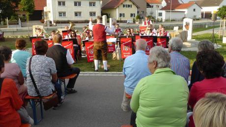 Erstmals hat am Daitinger Dorfbrunnen eine Serenade stattgefunden.