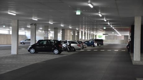 """Ein großer Parkplatz befindet sich im Erdgeschoss der """"Donaumeile"""" in Donauwörth. Anlieger beklagen, dass es dort immer wieder zu Lärmbelästigungen komme, auch durch Autorennen."""