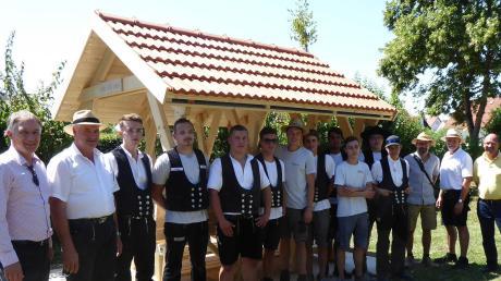 Die angehenden Zimmerer und Vertreter der Gemeinde vor dem Bauwerk auf dem Spielplatz in Genderkingen.