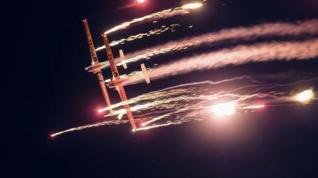 """Die Nachflugshow am Samstagabend ist wieder einer der Höhepunkte der Modellflugshow """"Horizon Airmeet"""" am Samstag und Sonntag in Genderkingen. Sie beginnt bei Anbruch der Dunkelheit."""