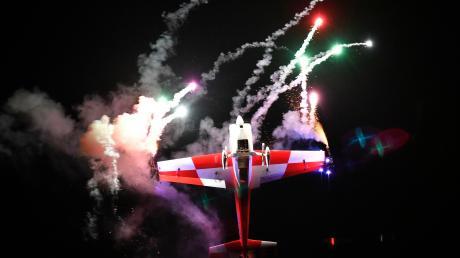 Ein spektakuläres Feuerwerk und Kunstflieger überzeugten bei der Nachtflugshow am Samstag.