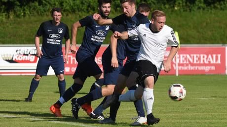 Der TSV Wemding – hier in Gestalt von Chris Luderschmid (in Weiß) – lässt die Konkurrenz hinter sich, und das bislang in der gesamten Kreisklasse Nord 1. Morgen kann sich das Team für das Finale des Toto-Pokals qualifizieren.
