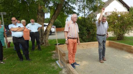 Ein Boule-Spielfeld gibt es jetzt in Niederschönenfeld, das gleich von Bürgermeister Peter Mahl (rechts) und Maurice LeCoq ausprobiert wurde.
