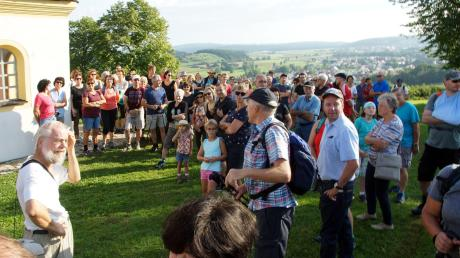 Sonntagmorgen um 8 Uhr hatten sich bereits viele Wanderwillige an der Himmelfahrtskapelle in Huisheim eingefunden, um gemeinsam Wanderweg Nummer 18 Richtung Sonderhof zu laufen.