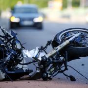 Auf der Staatsstraße 2380 wurde ein Motorradfahrer bei einem Unfall leicht verletzt. Eine Autofahrerin hatte ihn übersehen.