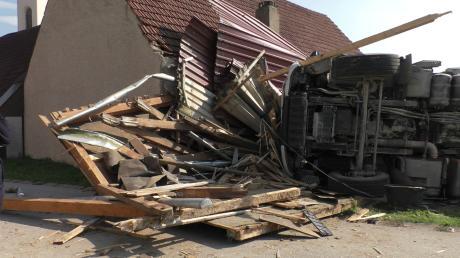 Völlig zerstört wurde durch den Aufprall des Kieslasters dieser Pferdeunterstand an einer Scheune in Ursheim. Der Fahrer erlitt schwere Verletzungen. Ein Pferd verendete.