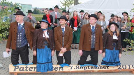 """Schmerzhaftes """"Scheitlknien"""": der Vorstand der Kapelle aus Huisheim-Gosheim beim Patenbitten in Fünfstetten."""