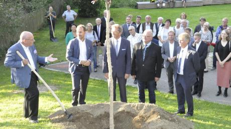 Zum Zehnjährigen pflanzte Albert Weber (links) einen Baum im Gartenschau-Areal. Daneben (von links) Georg Weber, Georg Schmid, Verbandspräsident Roland Albert und Bürgermeister Gerhard Martin.