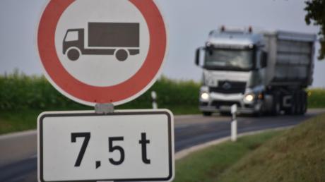Auf der Kreisstraße in und bei Heroldingen dürfen keine Laster mehr fahren. Nicht jeder Lkw-Fahrer hält sich daran, jedoch hat sich der Schwerlastverkehr zum großen Teil auf andere Routen verlagert – vor allem über Huisheim.