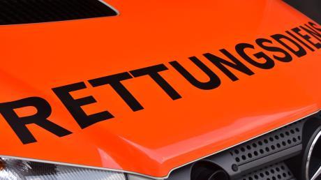 In einer Molkerei in Mertingen ist ein Arbeiter durch Säure verletzt worden. Der Rettungsdienst brachte das Opfer ins Uni-Klinikum.