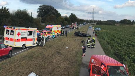 Bei dem Unfall auf der B16 zwischen Genderkingen und Hamlar sind drei Autos zusammengestoßen und auf dem Radweg gelandet.