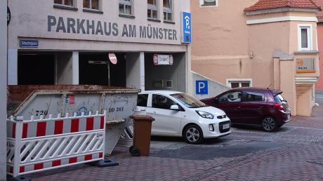 Zu bestimmten Stoßzeiten müssen Autofahrer mitunter an der Schranke warten, bis ein anderer das Münster-Parkhaus verlässt. Erst dann ist wieder ein Stellplatz freigeworden.