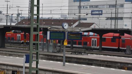 Der Bahnhof in Donauwörth ist ein Verkehrsknotenpunkt in Nordschwaben. Eine Verbindung vom Bahnhof hinüber zu Airbus (Im Hintergrund) ist seit 30 Jahren ein Thema.