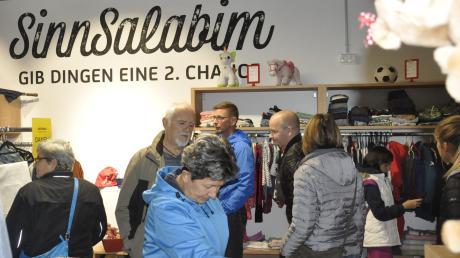 Schon gleich am Eröffnungstag herrschte reges Interesse am Angebot des Sozialkaufhauses in Donauwörth.