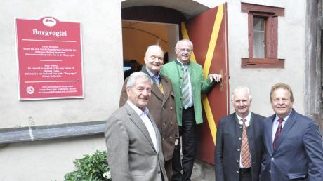 Eröffnung der Burgvogtei auf der Harburg: (von links) Lions-Club-Präsident Hans Roth, Fürst Moritz zu Oettingen-Wallerstein (Stiftungsvorsitzender), Leonhard Dunstheimer, Friedrich Hertle (stellvertretende Vorsitzende der Stiftung) sowie Harburgs Bürgermeister Wolfgang Kilian.