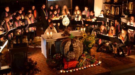 Der Monheimer Chor De Lumina bei seinem Jubiläumsauftritt in der Stadtpfarrkirche St. Walburga. Aus einer Handvoll junger Mädchen wurde im Laufe der Jahrzehnte eine beachtliche Gruppe, die sich neben der Musik stets auch in den Dienst am Nächsten gestellt hat.