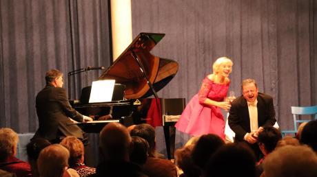 Operettenlaune im besten Sinne verbreiteten Christin Bonin und Richard Wiedl, am Klavier unterstützt vom Pianisten Eduard Asimont.