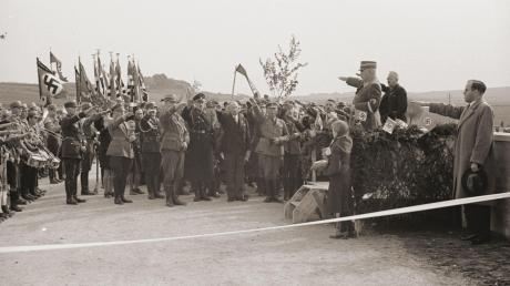 Der Heimatgeschichtliche Verein Ebermergen hat ein Buch über die Herrschaft des Nationalsozialismus und seine Folgen in Ebermergen, Brünsee und Marbach herausgebracht. Hier: die Einweihung der Umgehungsstraße samt Brücke über die Wörnitz im Oktober 1935 mit dem bayerischen Ministerpräsidenten Ludwig Siebert.