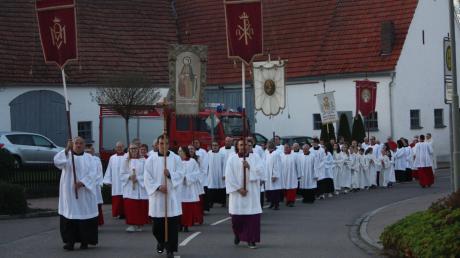 Mit Kreuz und Fahnen zogen die ehemaligen Ministranten der Pfarrei Donaumünster-Erlingshofen zur Kirche.
