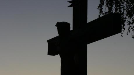 Ein 36-Jähriger versuchte, den Kopf des Kruzifixes in Marxheim mit der Motorsäge zu bearbeiten.