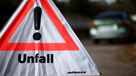 Bei einem Unfall auf der Autobahn 8 nahe Ulm ist am Dienstagmorgen ein Autofahrer ums Leben gekommen.