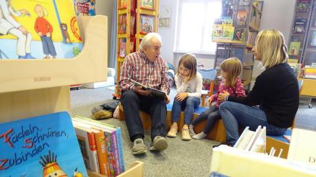 Vorlesen gestern in der Stadtbibliothek Donauwörth. Rainer Lindner mit Sarah (7), Paulina (3) und deren Mama.